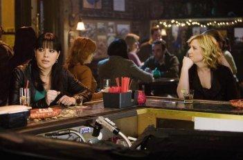 Sara Ramirez e Jessica Capshaw in una scena dell'episodio Beat Your Heart Out di Grey's Anatomy