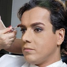 Sul set di En los tacones de Eva: Jorge Enrique Abello durante il trucco. Il make up artist gli definisce il trucco delle sopracciglia.