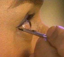 Sul set di En los tacones de Eva: Jorge Enrique Abello durante una seduta di make up si lascia truccare gli occhi.