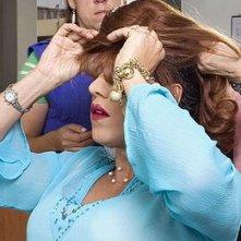 Sul set di En los tacones de Eva: Jorge Enrique Abello si infila la parrucca.