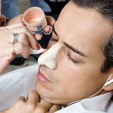 Sul set di En los tacones de Eva: Jorge Enrique Abello si lascia applicare una protesi durante il make up