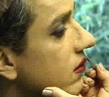 Sul set di En los tacones de Eva: l'attore Jorge Enrique Abello si lascia truccare le labbra durante la seduta di make-up