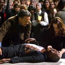 Angeli e Demoni: Robert Langdon (Tom Hanks) con Vittoria Vetra (Ayelet Zurer) con il secondo cardinale ucciso