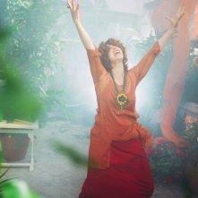 Anna Galiena in una scena del fantasy televisivo Un amore di strega