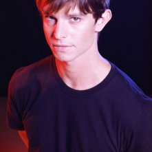 Jason Behr in una foto promo per la 3 stagione di Roswell