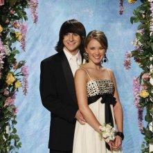 Mitchel Musso ed Emily Osment in una scena dell'episodio Promma Mia di Hannah Montana