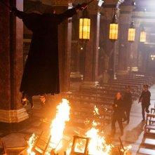 Robert Langdon (Tom Hanks) e il rogo del cardinale in Angeli e Demoni