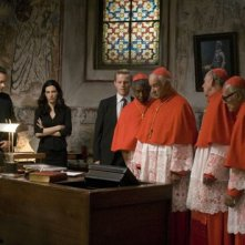 Robert Langdon (Tom Hanks), Vittoria Vetra (Ayelet Zurer) e alcuni cardinali in una scena di Angeli e Demoni