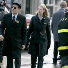 Anna Torv e Kirk Acevedo in una scena dell'episodio There's More Than One of Everything di Fringe