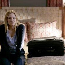 Anna Torv in una scena dell'episodio There's More Than One of Everything di Fringe