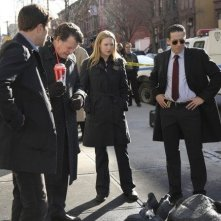 Anna Torv, John Noble, Joshua Jackson e Kirk Acevedo in una scena dell'episodio The Road Not Taken di Fringe