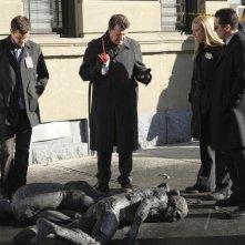 Anna Torv, John Noble, Joshua Jackson e Kirk Acevedo nell'episodio The Road Not Taken di Fringe