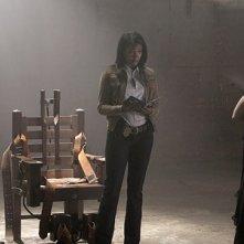 Da sinistra: Damian Lewis, Gabrielle Union e di spalle Michele Hicks nell'episodio '3 Women' della serie tv Life