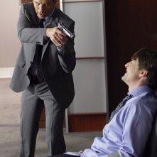 Damian Lewis e Tim Guinee in una scena drammaticanell'episodio 'Shelf Life' della serie tv Life