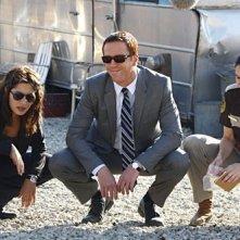 Damian Lewis, Sarah Shahi e Timilee Romolini in una scena dell'episodio 'Evil... And His brother Ziggy' della serie tv Life
