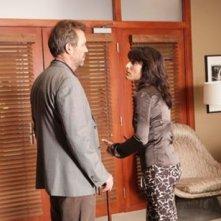 Hugh Laurie e Lisa Edelstein in una scena tratta da A House Divided di Dr. House: Medical Division