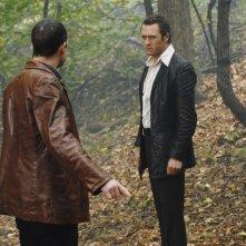 Jason O'Mara insieme a  Dean Winters (di spalle )nell'episodio 'The Man Who Sold The World' della serie tv Life on Mars