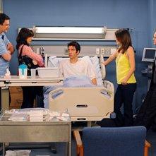 Jason Segel, Alyson Hannigan, Cobie Smulders, Neil Patrick Harris e Josh Radnor in una scena dell'episodio The Leap di How I Met Your Mother