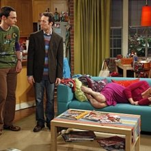 Jim Parsons, Kaley Cuoco e Kevin Sussman in una scena dell'episodio The Hofstadter Isotope di The Big Bang Theory
