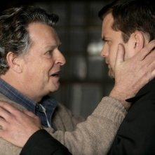 John Noble e Joshua Jackson in una scena dell'episodio There's More Than One of Everything di Fringe