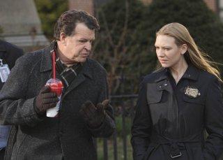 John Noble ed Anna Torv in una scena dell'episodio The Road Not Taken di Fringe
