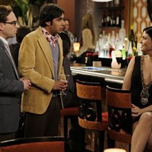 Johnny Galecki e Kunal Nayyar con la guest star Jodi Lyn O'Keefe in una scena dell'episodio The Vegas Renormalization di The Big Bang Theory