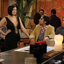 Johnny Galecki e Kunal Nayyar con la guest star Jodi Lyn O'Keefe nell'episodio The Vegas Renormalization di The Big Bang Theory