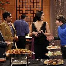 Johnny Galecki, Kunal Nayyar, Simon Helberg con la guest star Jodi Lyn O'Keefe in una scena dell'episodio The Vegas Renormalization di The Big Bang Theory