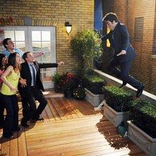 Josh Radnor e gli altri del cast in una scena dell'episodio The Leap di How I Met Your Mother