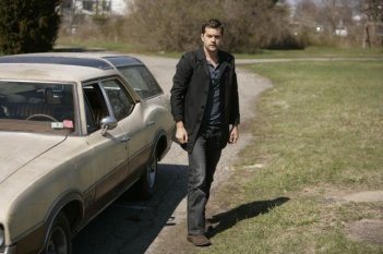 Joshua Jackson in una scena dell'episodio There's More Than One of Everything di Fringe