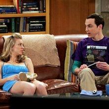 Kaley Cuoco e Jim Parson nell'episodio The Dead Hooker Juxtaposition di The Big Bang Theory