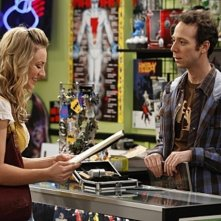 Kaley Cuoco e Kevin Sussman in una scena dell'episodio The Hofstadter Isotope di The Big Bang Theory