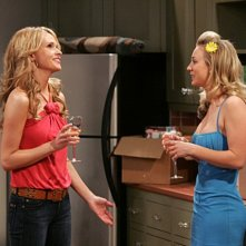 Kaley Cuoco e Valerie Azlynn in una scena dell'episodio The Dead Hooker Juxtaposition di The Big Bang Theory