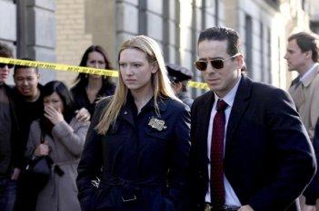 Kirk Acevedo ed Anna Torv in una scena dell'episodio The Road Not Taken di Fringe