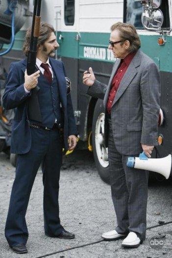 Michael Imperioli con Harvey Keitel durante un momento dell'episodio 'Tuesday's Dead' della serie tv Life on Mars