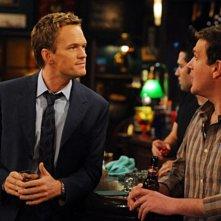 Neil Patrick Harris e Jason Segel in una scena dell'episodio Old King Clancy di How I Met Your Mother