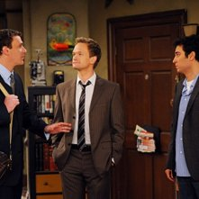 Neil Patrick Harris, Jason Segel e Josh Radnor nell'episodio Old King Clancy di How I Met Your Mother