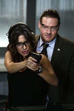 Sarah Shahi E Donal Logue Nell Episodio Badge Bunny Della Serie Tv Life 114856