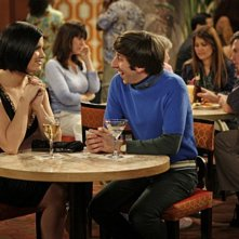 Simon Helberg con la guest star Lyn O'Keefe in una scena dell'episodio The Vegas Renormalization di The Big Bang Theory