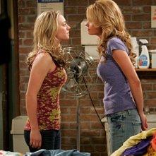 Un faccia a faccia tra Kaley Cuoco e Valerie Azlynn nell'episodio The Dead Hooker Juxtaposition di The Big Bang Theory
