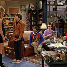 Valerie Azlynn con il cast di regular di The Big Bang Theory nell'episodio The Dead Hooker Juxtaposition