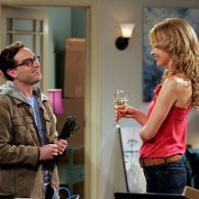 Valerie Azlynn e Johnny Galecki nell'episodio The Dead Hooker Juxtaposition di The Big Bang Theory