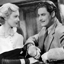 Robert Donat e Madeleine Carroll in una scena de Il club dei trentanove