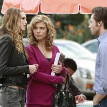 Sara Foster, AnnaLynne McCord e Ryan Eggold in una scena dell'episodio The Dionysian Debacle di 90210