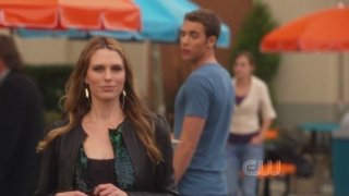 Sara Foster e Dustin Milligan in una scena dell'episodio The Dionysian Debacle di 90210