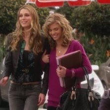 Sara Foster ed AnnaLynne McCord in una scena dell'episodio The Dionysian Debacle di 90210