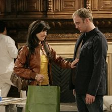 Aimee Garcia e Jay Mohr in una scena dell'episodio Gary and Dennis' Sister di Gary Unmarried