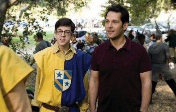 Christopher Mintz-Plasse e Paul Rudd in una scena del divertente film Role Models