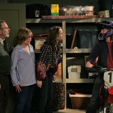 Jay Mohr, Jane Curtin, Paula Marshall e Martin Mull in una scena dell'episodio Gary Uses His Veto di Gary Unmarried