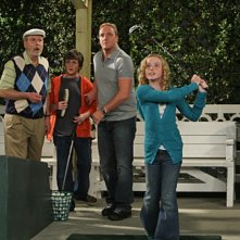 Jay Mohr, Ryan Malgarini, Kathryn Newton e Martin Mull in una scena dell'episodio Gary Uses His Veto di Gary Unmarried